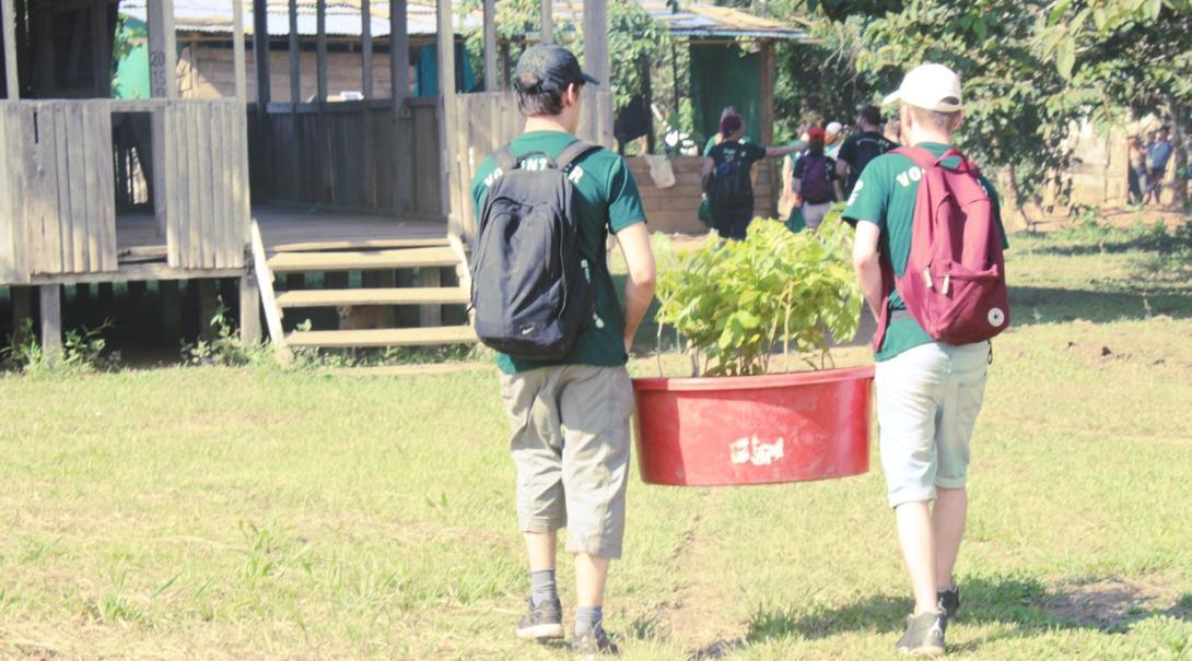 高校生ボランティアがペルーで熱帯雨林再生に向けて苗木を運ぶ